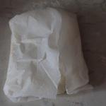 Formare un panetto. Avvolgerlo in un foglio di carta oleata e metterlo in frigorifero.