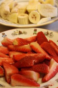Lavare, sbucciare la frutta,e tagliarla a pezzi. porla a solidificarsi nel freezer assieme al vasetto di yogurt.