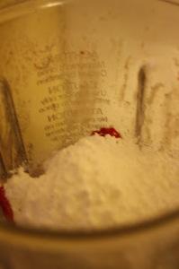 Mettere nel bicchiere frullatore lo yogurt il latte parte della frutta e lo zucchero