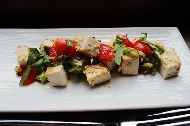 Tofu con sesamo e cipollotti in padella