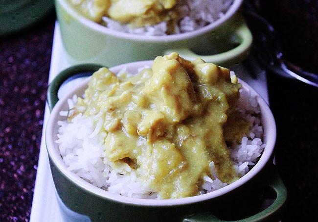 Pollo al curry, banana, mela e cocco