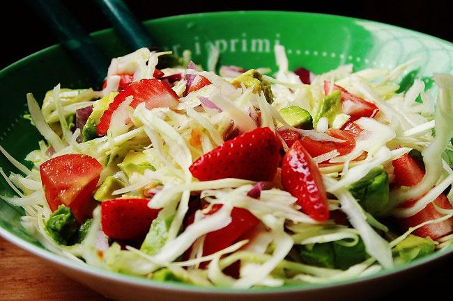 Insalata esotica di avocado, piatto light, vegetariano , altamente proteico